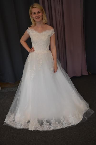 Brudklänning med spets och off sholuder