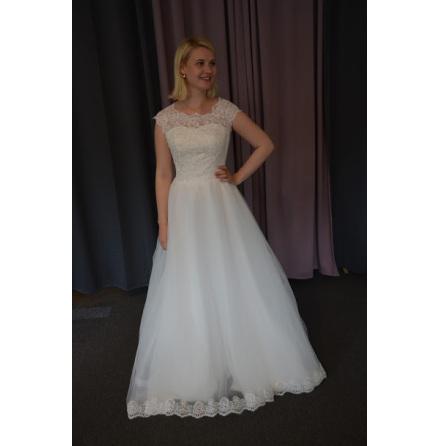Brudklänning med spets och vacker kjol