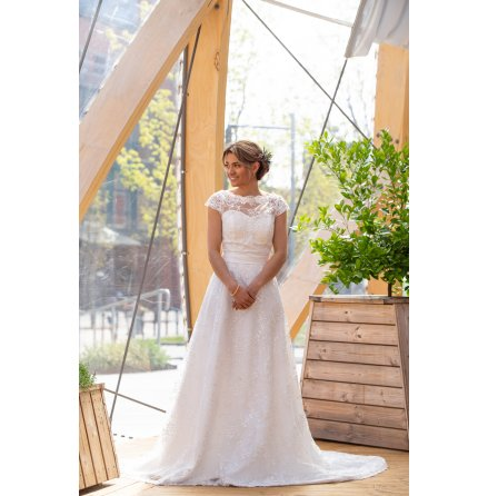 Brudklänning i helspets med täckt rygg