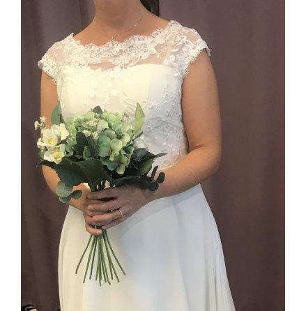 Brudklänning med blommig spetstopp och chiffongkjol