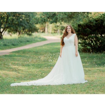 Enkel brudklänning med V-ringning fram och bak och tyllkjol