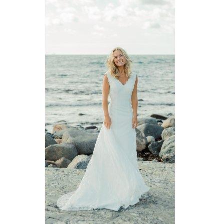 Brudklänning i helspets med V-ringning fram och bak