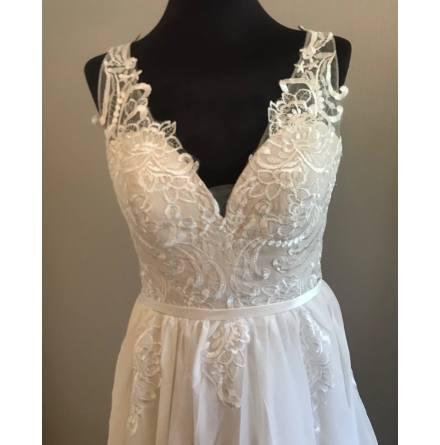 Brudklänning med vacker spets och fallande chiffongkjol