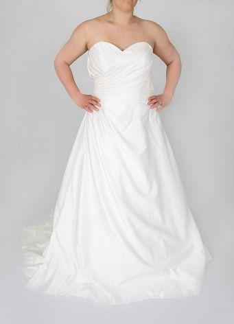 125 Brudklänning i satin med drapering