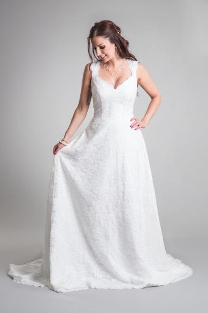 Brudklänning i mjuk spets med axelband och V rygg