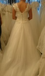 638 Brudklänning med blommig spetstopp och tyllkjol